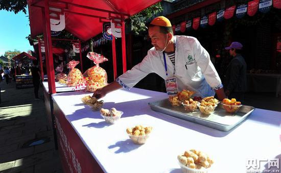 新疆美食糕点(记者罗成摄)