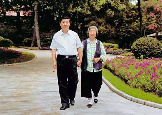 习近平陪母亲齐心散步。新华社发
