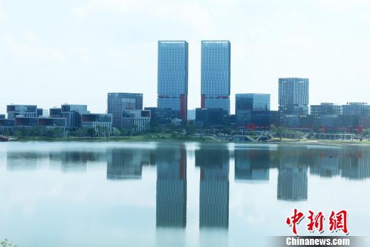 天府新区兴隆湖畔,自然景观与办公场所和谐共生。 王磊 摄