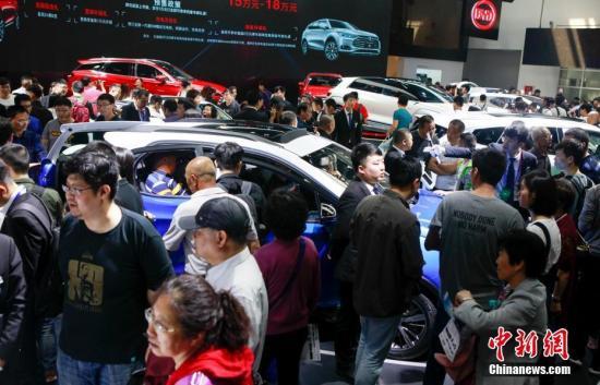 4月29日,2018北京国际车展上参观车展的观众摩肩接踵。中新社记者 贾天勇 摄