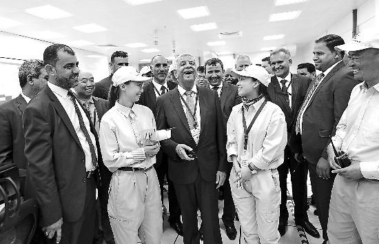 鲁迈拉电站项目投产时,伊拉克石油部官员到现场参观。 文学军 摄