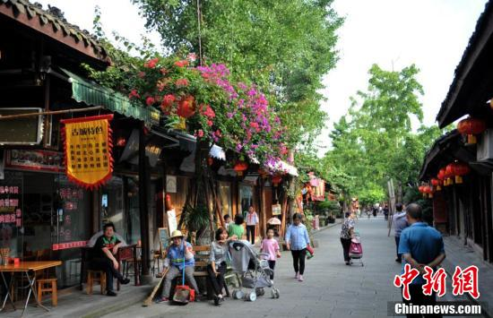 老街上悠闲的民众和游客。
