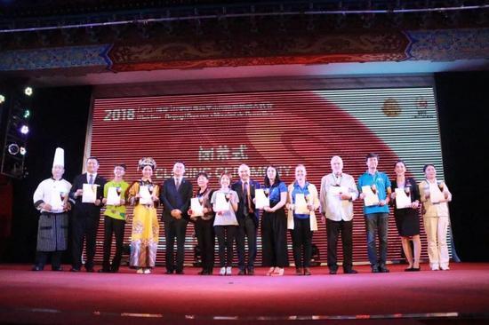 大奖赛主办方对大奖赛各方优秀工作人员代表授予证书
