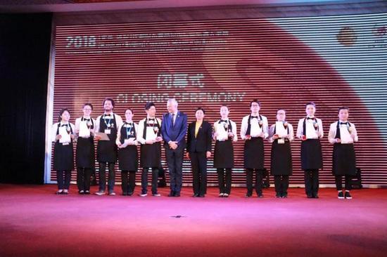 大奖赛主办方对大奖赛侍酒师代表授予证书