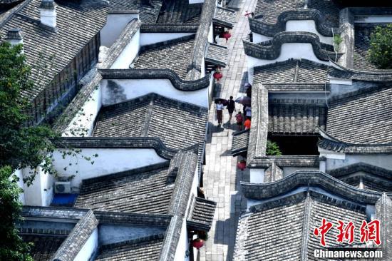 """从高处鸟瞰有""""中国明清建筑博物馆""""之称的福州三坊七巷,蔚为壮观。"""