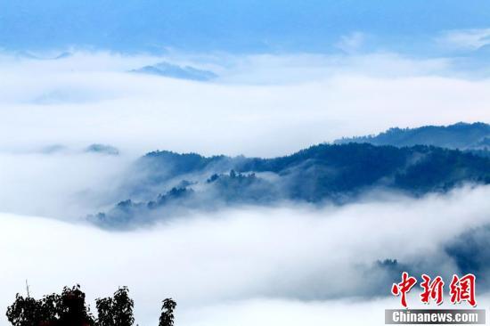那些缠绕在半山的云雾,像系在山腰间的一条条玉带,在山间游动,绘就了一幅幅水墨丹青画。
