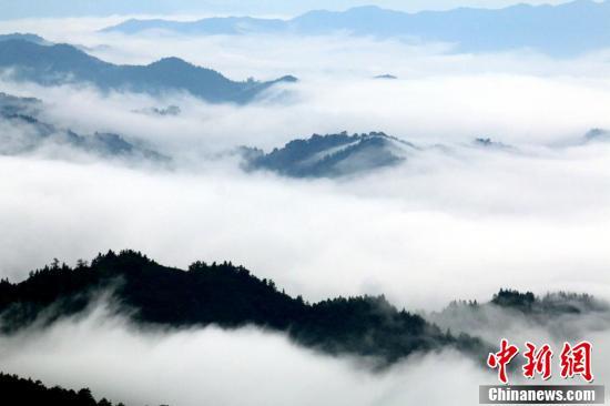 山峰在云雾中若隐若现,犹如人间仙境。 (李建平 摄 )