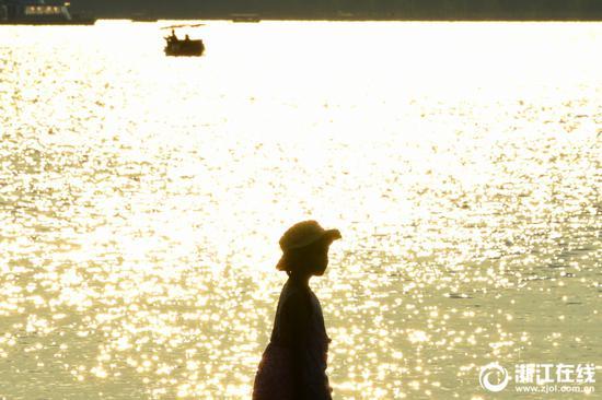 8月8日,受副热带高压影响,杭城依旧晴热高温。西湖边,烈日炙人。