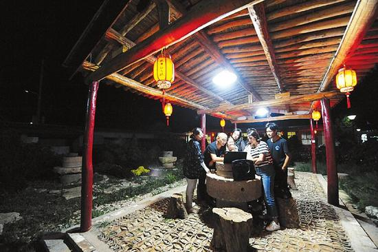 来自北京的大学生晚上在农庄交流学习。