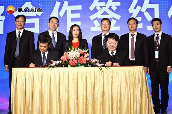 中国石油河北销售公司副总经理谢伟和中国石油润滑油公司副总经理孙树好签署战略合作协议