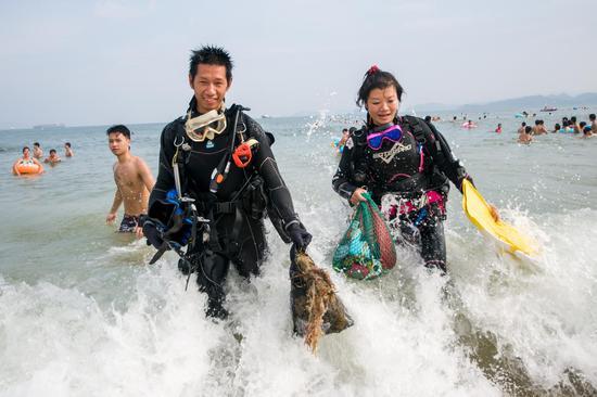 一等奖作品:蛙人打捞海底垃圾 作者:邓 飞
