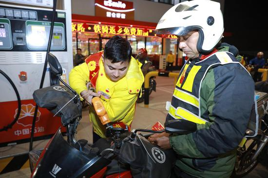 中国石油志愿者为返乡铁骑免费加油