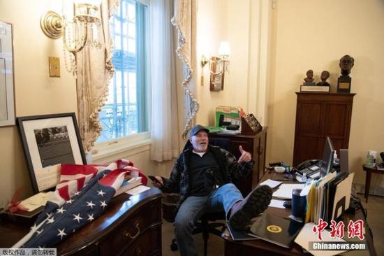 """美国国会遭冲击 伊朗总统:暴露西方民主的""""脆弱"""""""