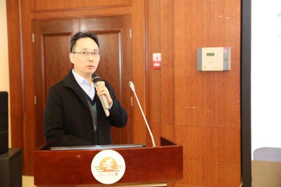 图为民政部社会福利中心党委书记甄炳亮作主题演讲