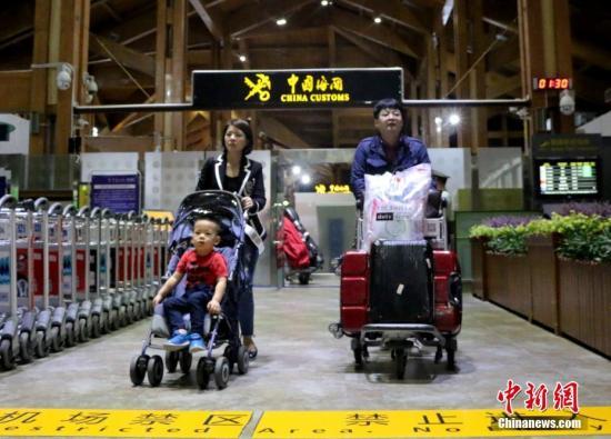 海南今年5月1日起实施59国人员入境旅游免签政策,图为当日首批免签游客抵三亚。王晓斌 摄