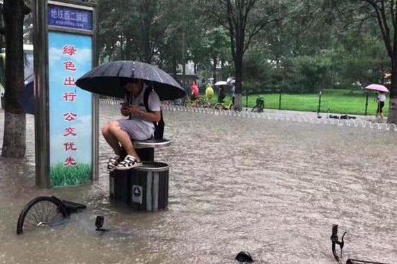"""汽车变""""游艇""""!北京回龙观暴雨积水造成交通中断"""
