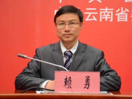 中共云南省委宣传部对外新闻与网络宣传管理处处长赖勇主持新闻发布会