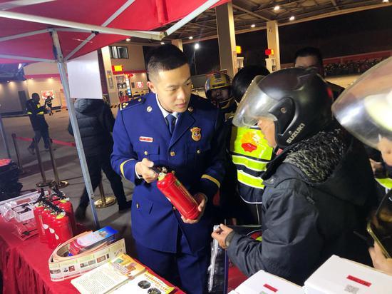 泉州晋江消防队员教导铁骑们如何使用灭火器。
