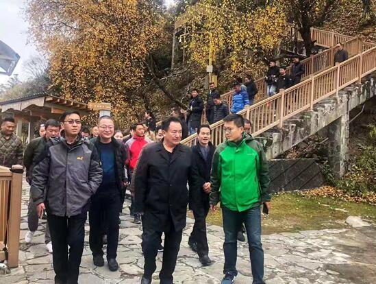 多吉次珠(中)在胡锋(右)的陪同下调研西藏旅游