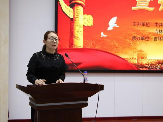 中国改革开放的40年,也是国内新材料产业研发与生产取得巨大成就的40年,对此,吉林化纤集团作出了重要贡献。吉林化纤集团2006年与长春工业大学联合开发碳纤维原丝,从技术萌芽到规模化生产已经走过12个春秋。这一段路,我们从千百次的实验、上万个数据中走来,不忘初心、奋勇前行,担当起制造大国之材的重任。这一段路,我们开拓创新、锲而不舍、精益求精,努力打造国家碳纤维产业基地,使24K、48K大丝束原丝生产技术取得重大突破,产品质量稳定在T400级以上,销量成裂变式增长,国内市场占有率达到95%以上,产品20