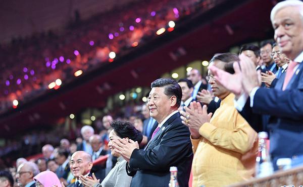 习近平和彭丽媛出席亚洲文化嘉年华活动