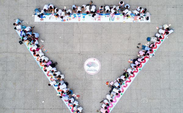 浙江湖州:小画家手绘长卷迎亚运