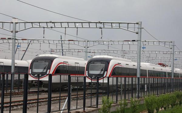 北京新机场线白鲸号列车空载试行