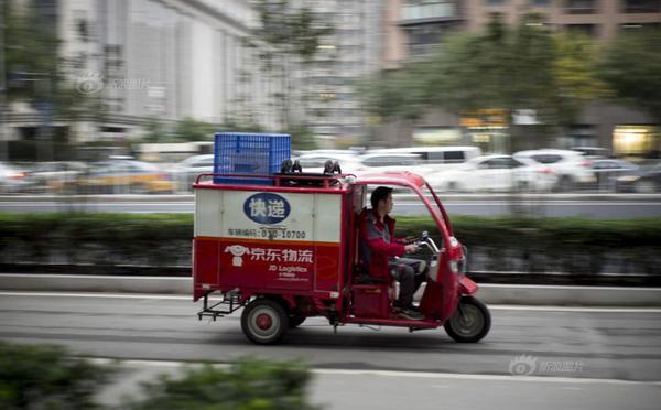 北京快递小哥街头分拣 人均每天送货240件