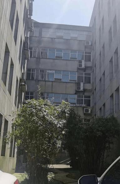 湖南一研究生6楼坠亡家属:手机多条信息被删