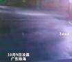 外卖小哥台风中护送国旗