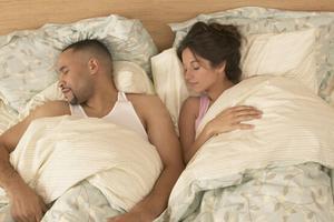 夫妻该选怎么样的睡姿