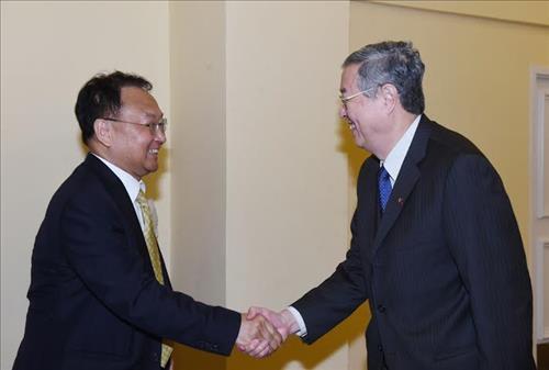 本地时刻4月11日,在巴哈马拿骚,韩国经济副总理兼企划财务部主座柳一镐(左)会晤了国家央行行长周小川。(韩联社)