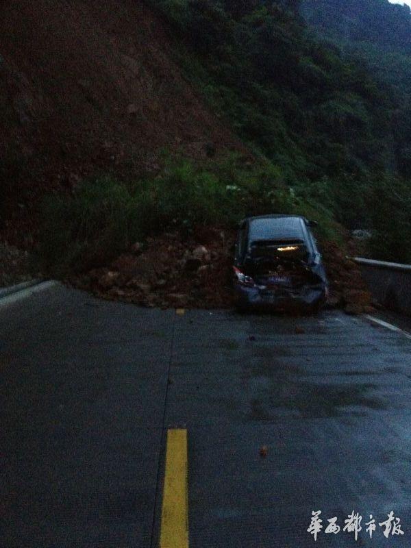 山崖垮塌 大巴司机急倒车救了一车42人