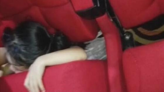 电影院座椅卡住小朋友