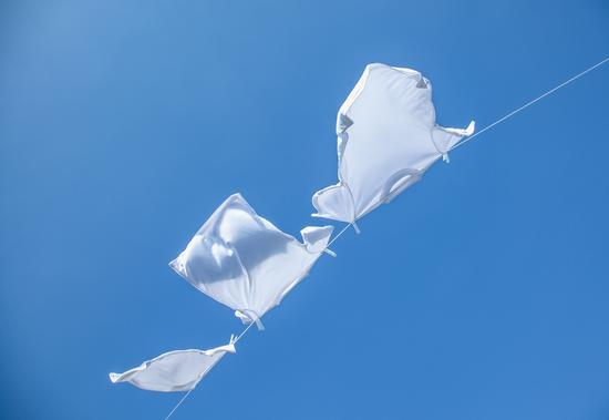 白衣服这样洗 立刻亮白如新