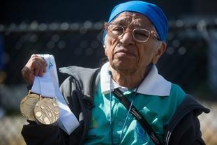 宝刀未老!百岁老太参加运动会夺金牌