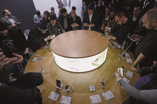 (2016年4月,用户在华为P9手机伦敦发布会的展台区体验产品)