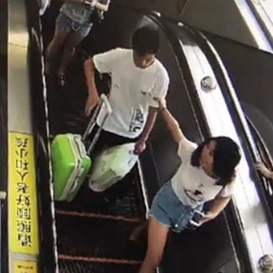 猥琐男电梯摸女生屁股 最后被警察带走