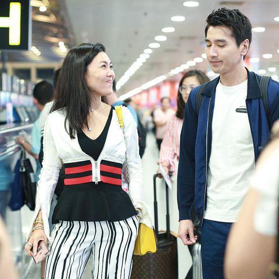 看到镜头撇嘴卖萌变表情包,好可爱来源:新浪娱乐 北京,7月3日,赵又廷
