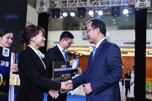 安聪慧总裁给销售精英大赛冠军颁奖