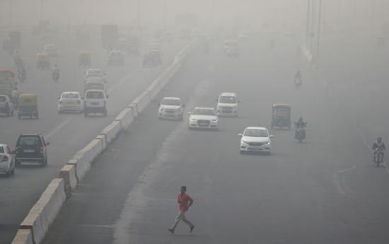 11月13日,印度德里遭遇雾霾天气