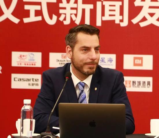 瑞士国家旅游局华北区经理白松德在新闻发布会中介绍瑞士的葡萄酒旅游文化
