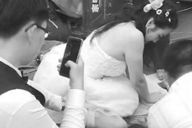中国准新娘穿婚纱跪地救人 网友:她是我们的榜样
