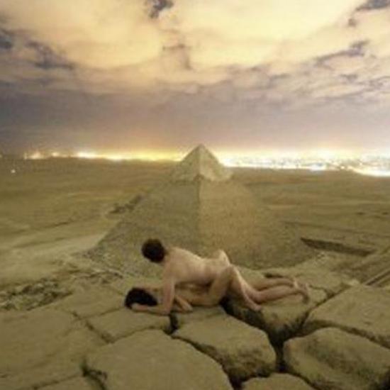 男女日批动态_埃及当局介入调查】近日一对丹麦男女登上埃及胡夫金字塔塔顶,并录下