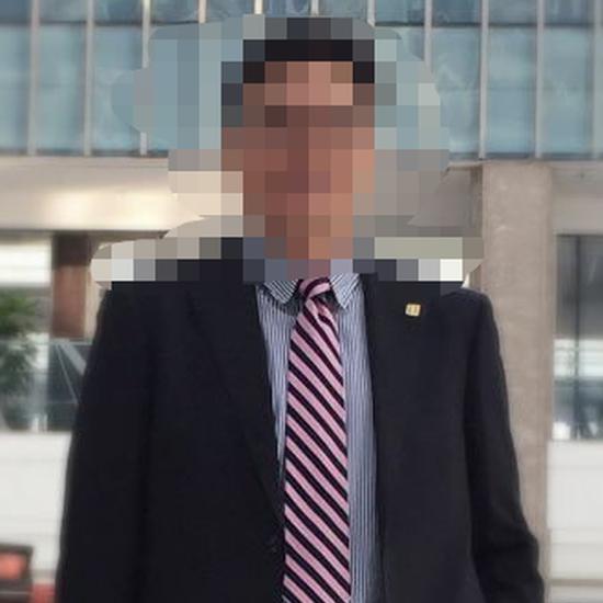 """起底""""性侵养女""""案鲍某明 持中美两国律师执业证"""
