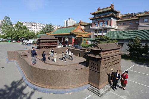 紫檀及阴沉木制正阳门在中国紫檀博物馆前展出。中国紫檀博物馆供图
