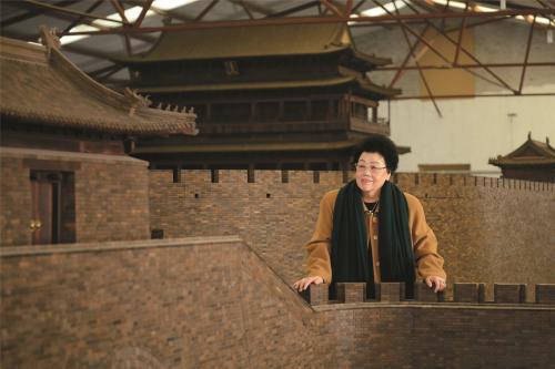 """陈丽华女士和她心爱的""""老北京城门""""。中国紫檀博物馆供图"""