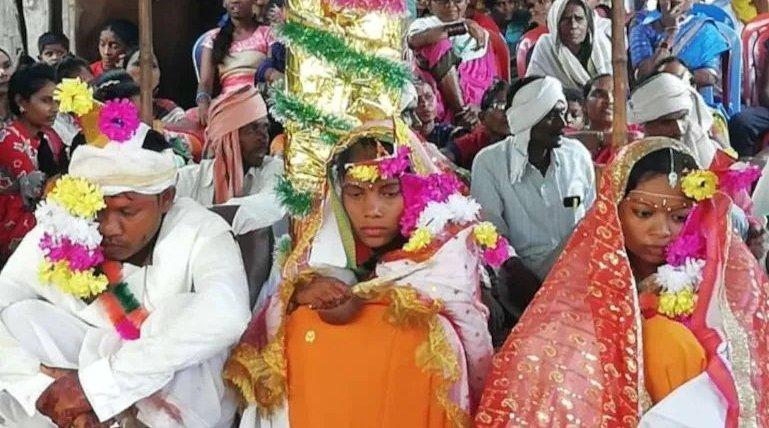 印度男子同场婚礼娶俩新娘