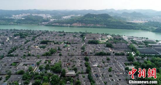 嘉陵江边上的阆中古城。