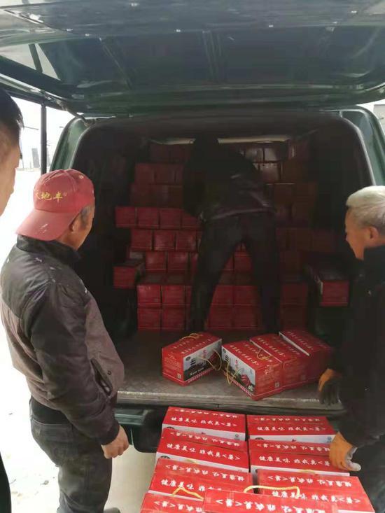 组织村民打包、发货